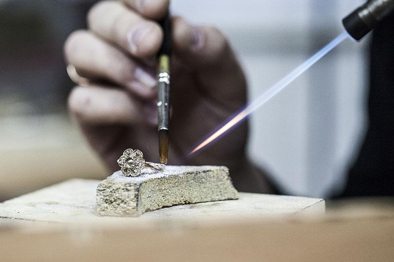 Révision, entretien et réparation de montre dans un atelier de précision